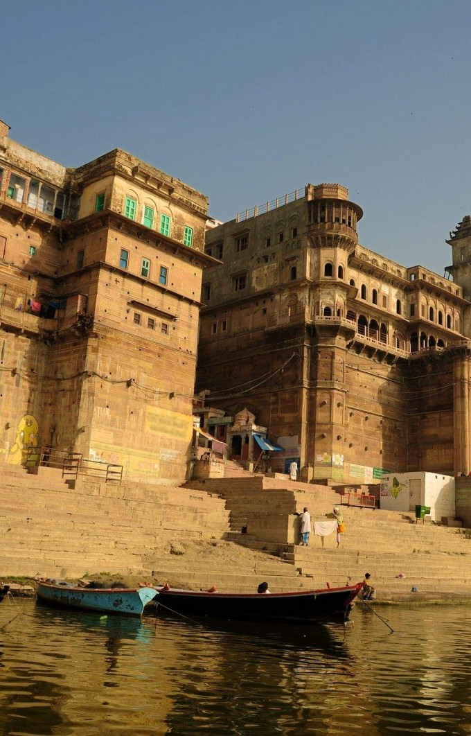 ancient-varanasi-city-with-its-fortresses-and-temples-along-the-bank-of-river-ganges-India-1600x1062