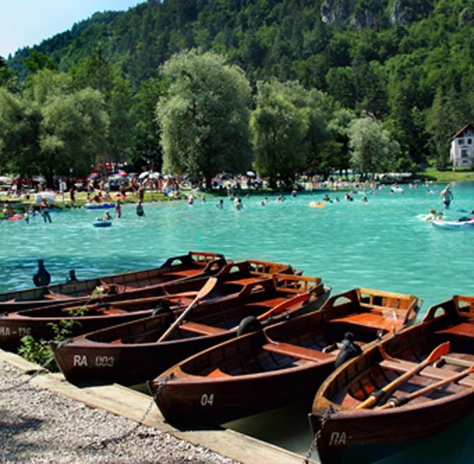 Словения. Лодки_на_озере_Блед,_Словения