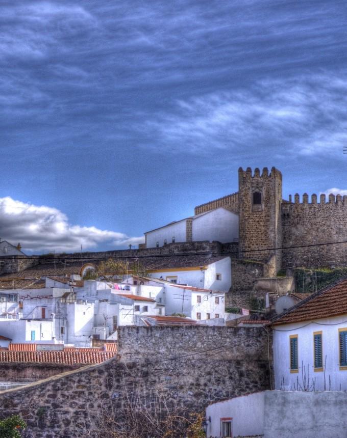 Португалия славится богатым историческим наследием, великолепным вином и кухней, отличными отелями, низкой преступностью, тёплым умеренным климатом и разнообразием видов предлагаемого отдыха.