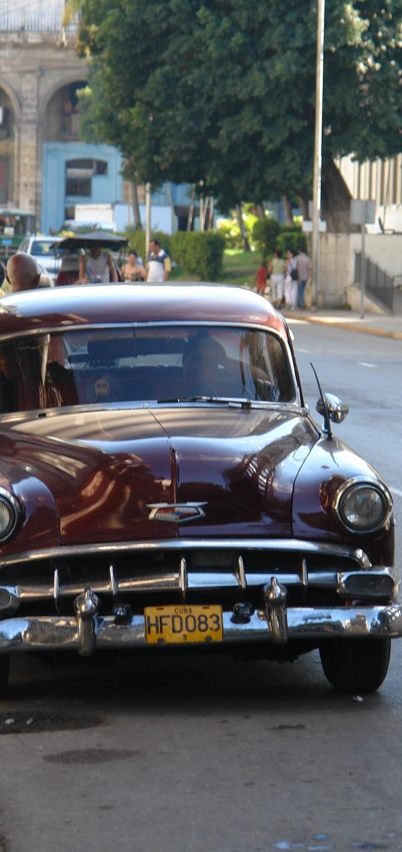 Олдмобили_радуют_своим_блеском_и_размерами,_Куба