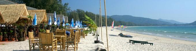 С пляжей острова Пхукет убраны кафе, шезлонги и зонтики